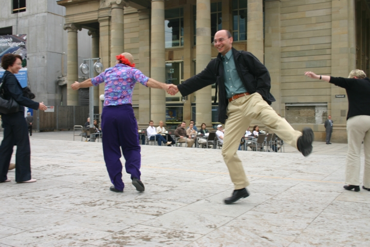 08-Zuschauer-tanzen
